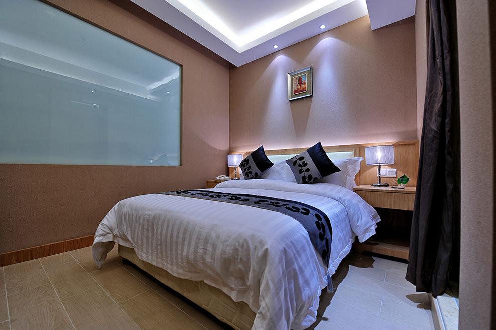 Яркая подсветка и лампы в спальне без окон