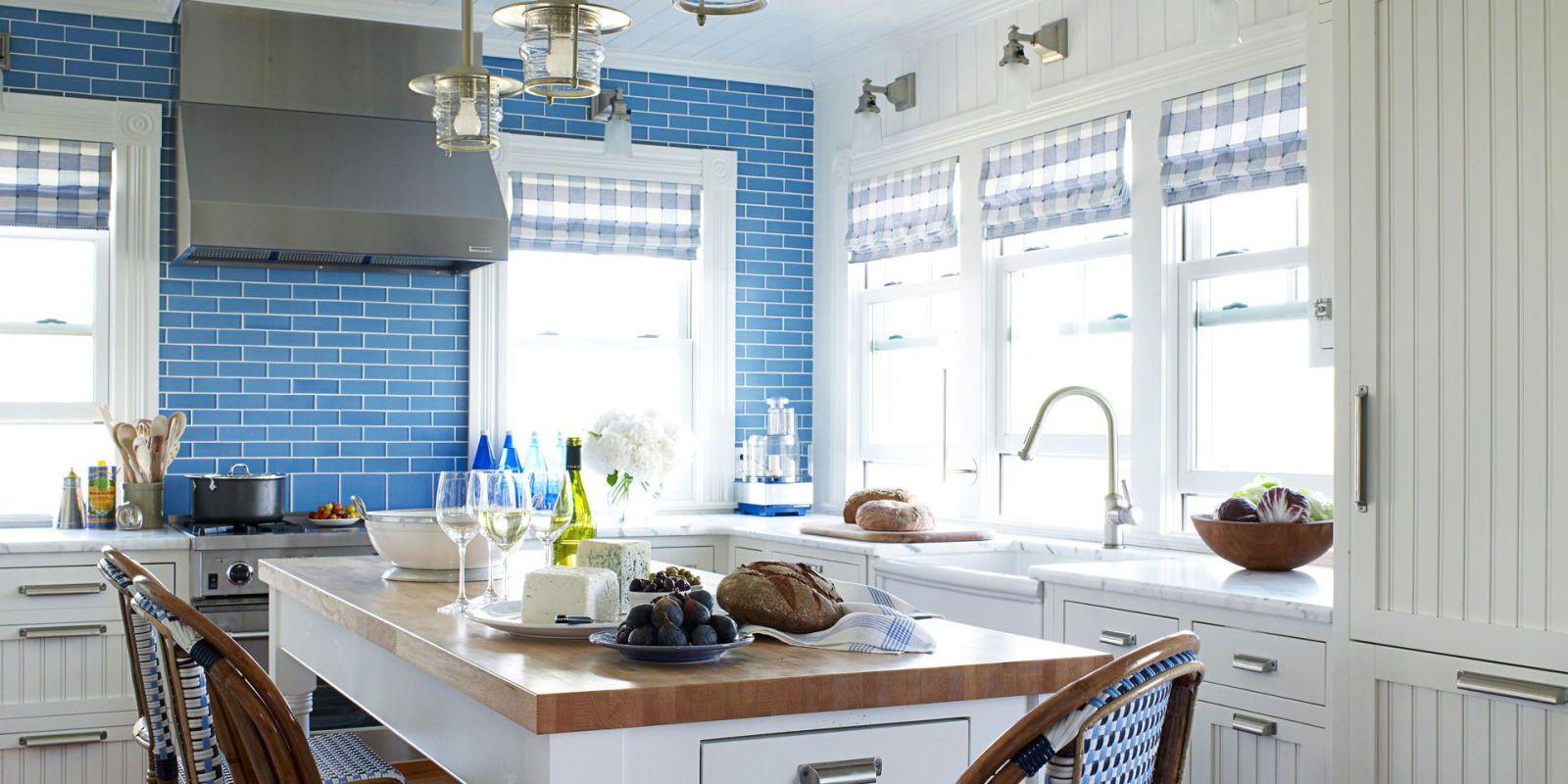 Кухня в голубых тонах в плиткой кабанчик