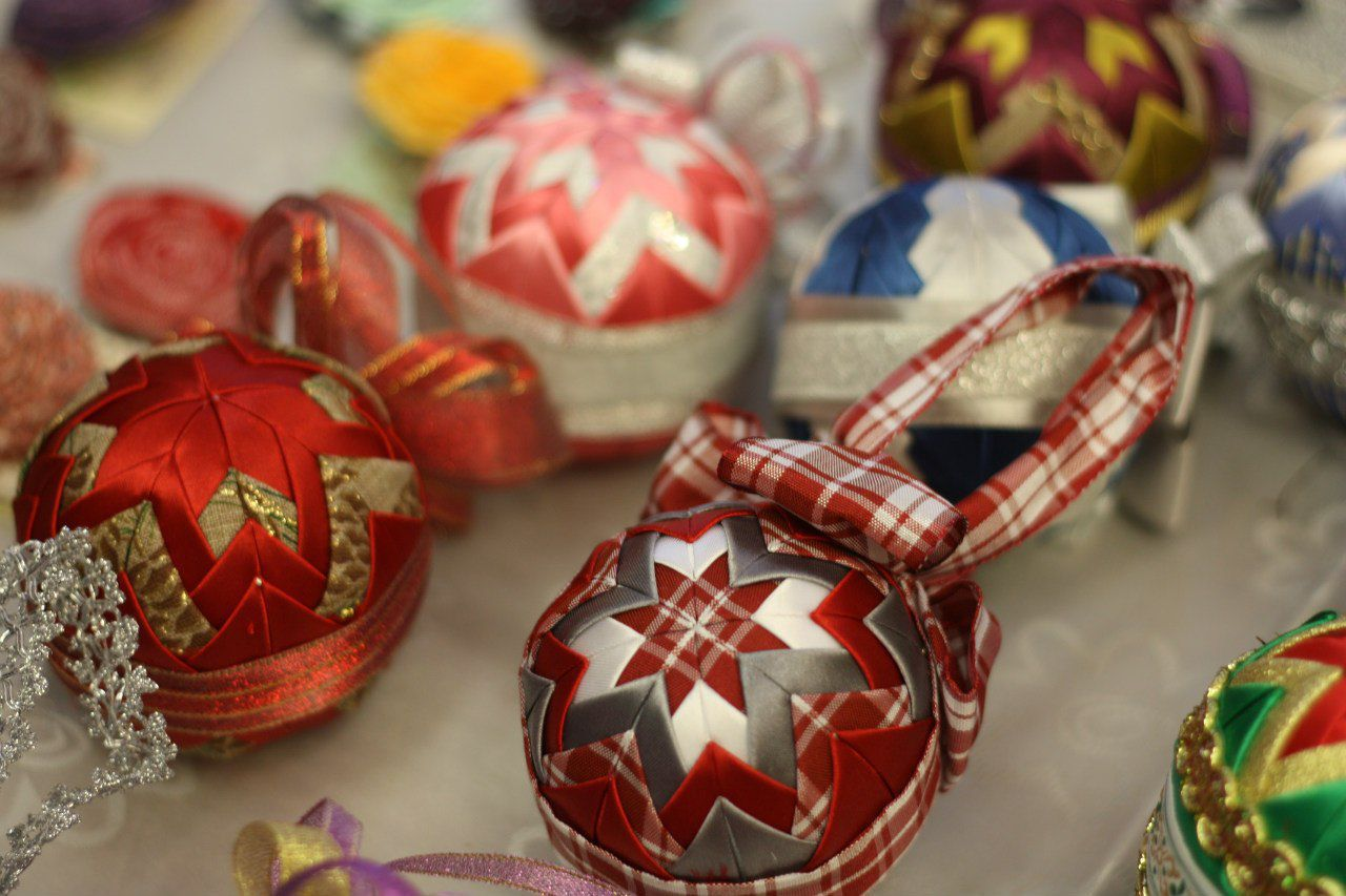 Необычные тканевые шары для украшения елки