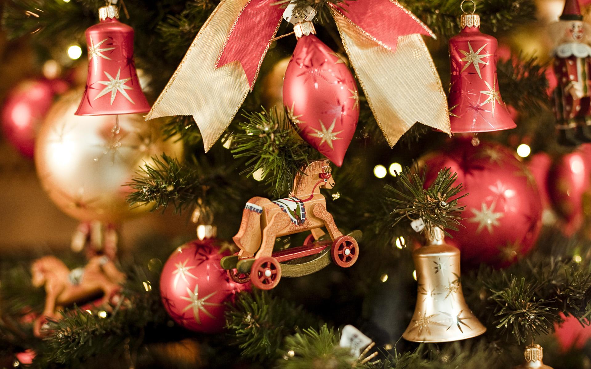 Деревянные и обычные елочные игрушки в оформлении новогодней елки