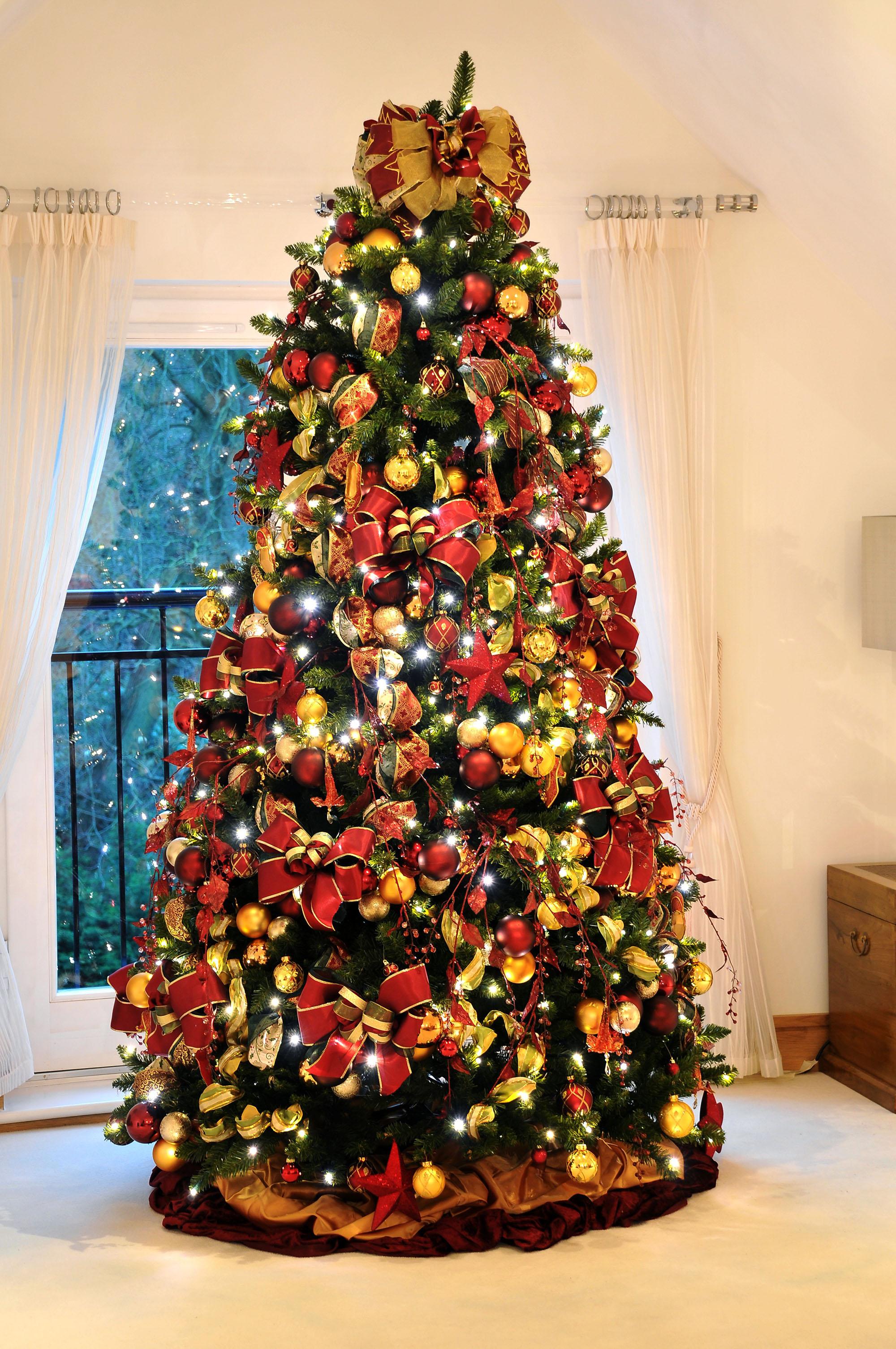 Красно-желтый декор елки