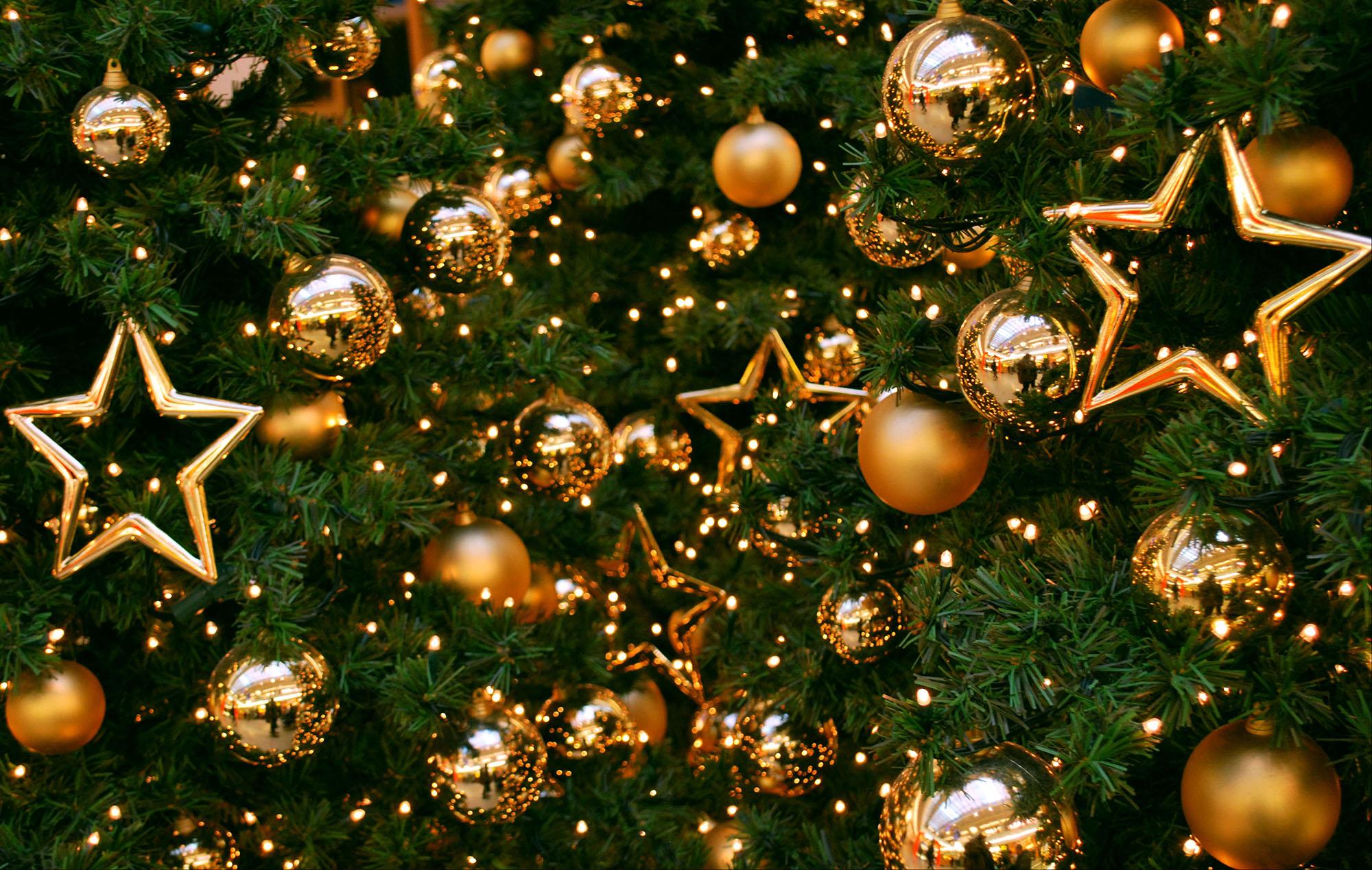 Классический золотистый декор елки