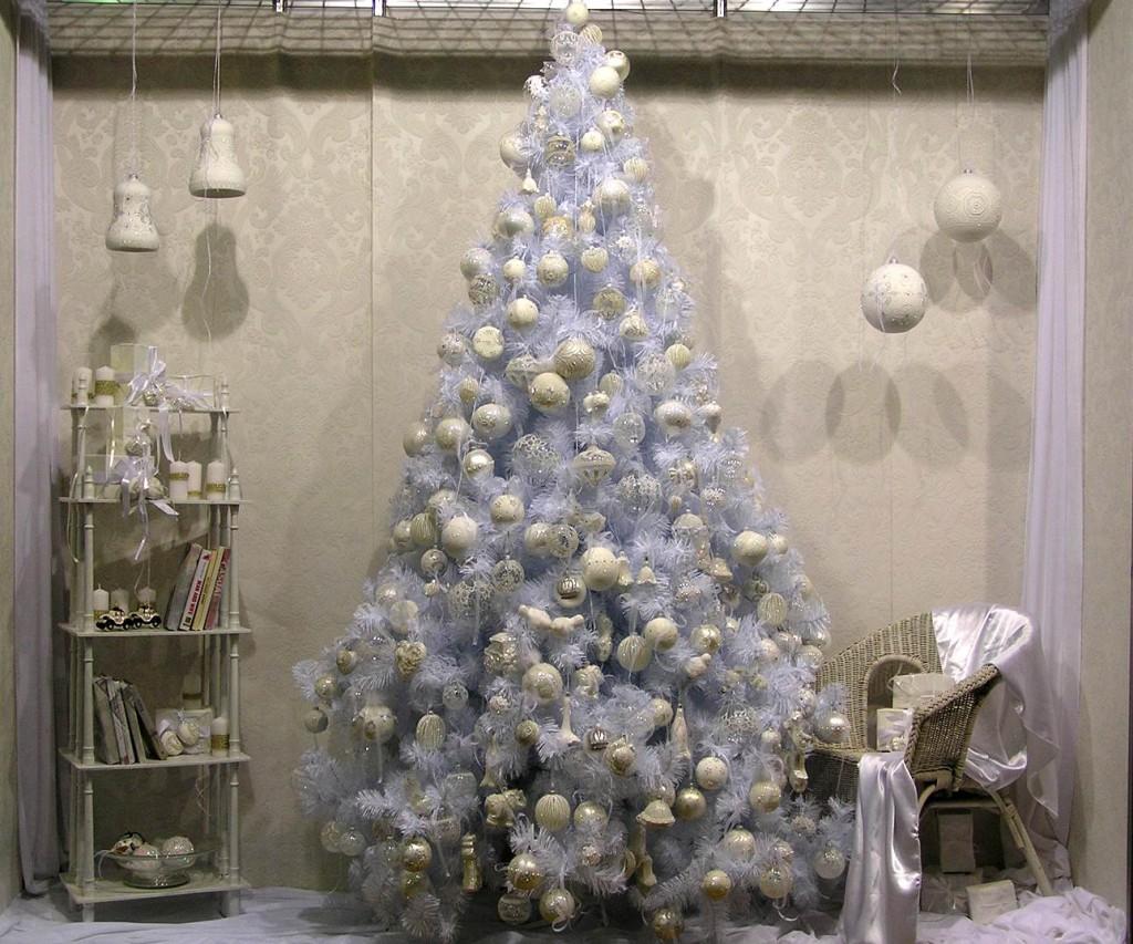 Декор белой елки на Новый год
