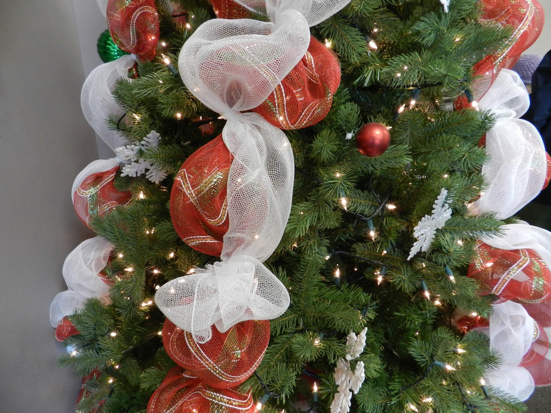 Оформление новогодней елки тканью и игрушками