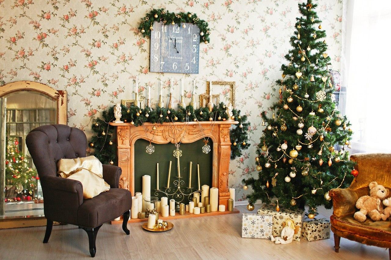 Классический декор новогодней елки и гостиной