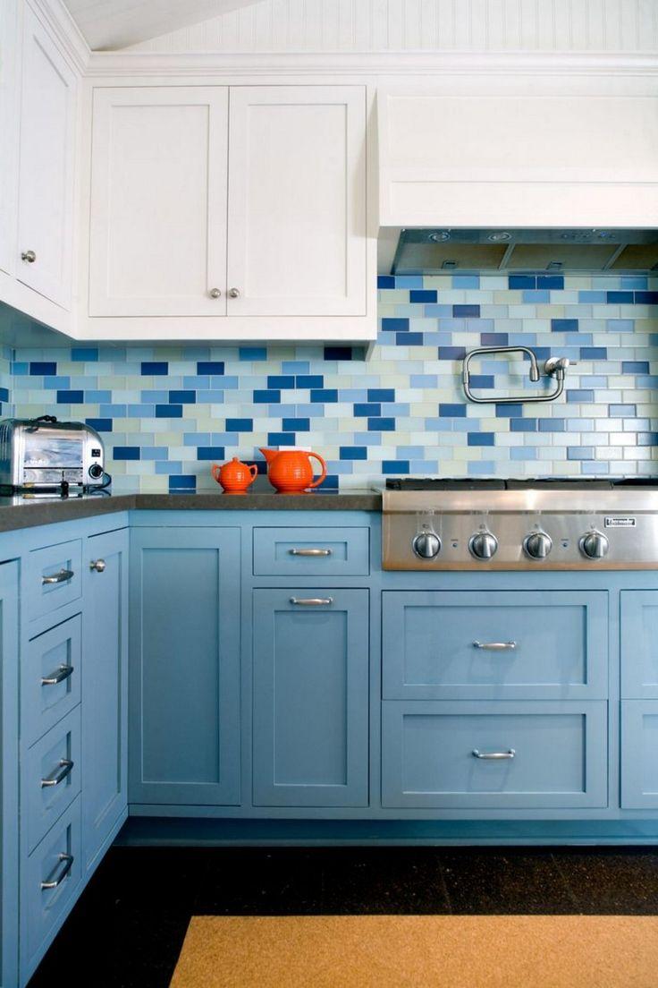 Кухня в голубых тонах с плиткой под кирпич