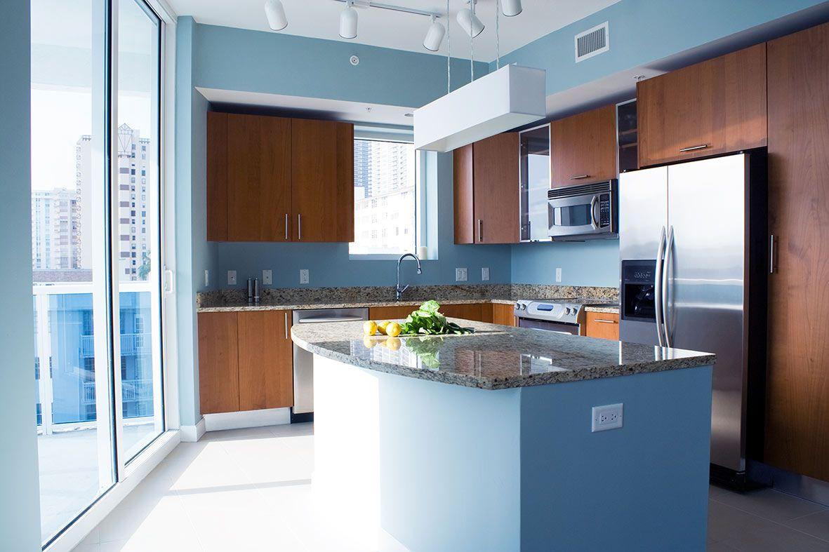 Кухня в голубых тонах с коричневым
