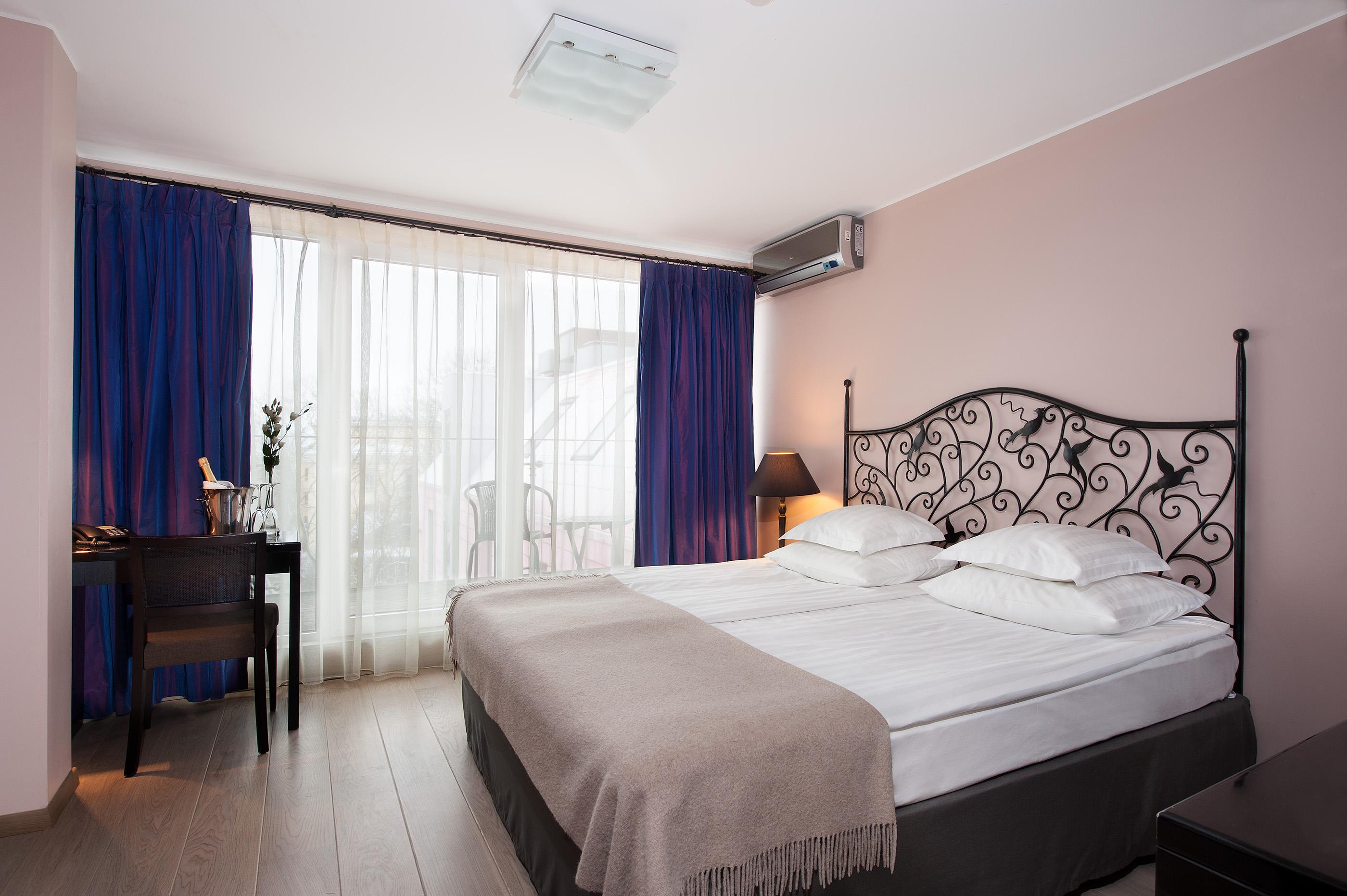 Дизайн спальни 18 кв м с кованой мебелью