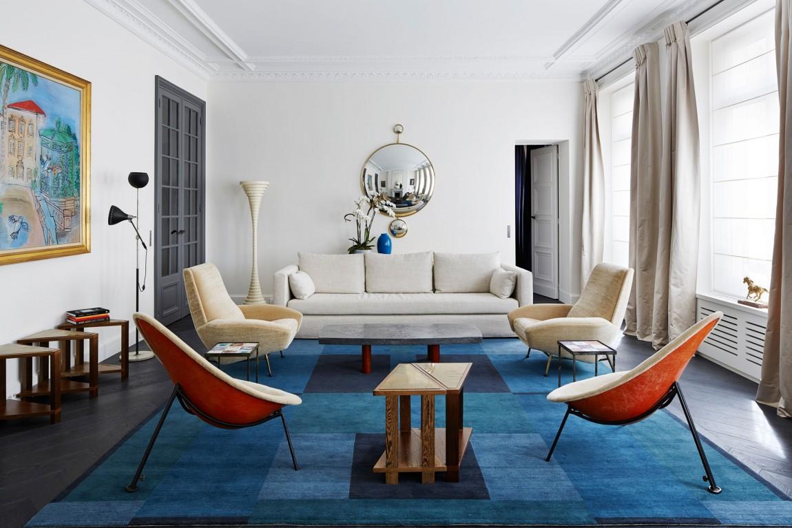 Гостиная с голубым ковром