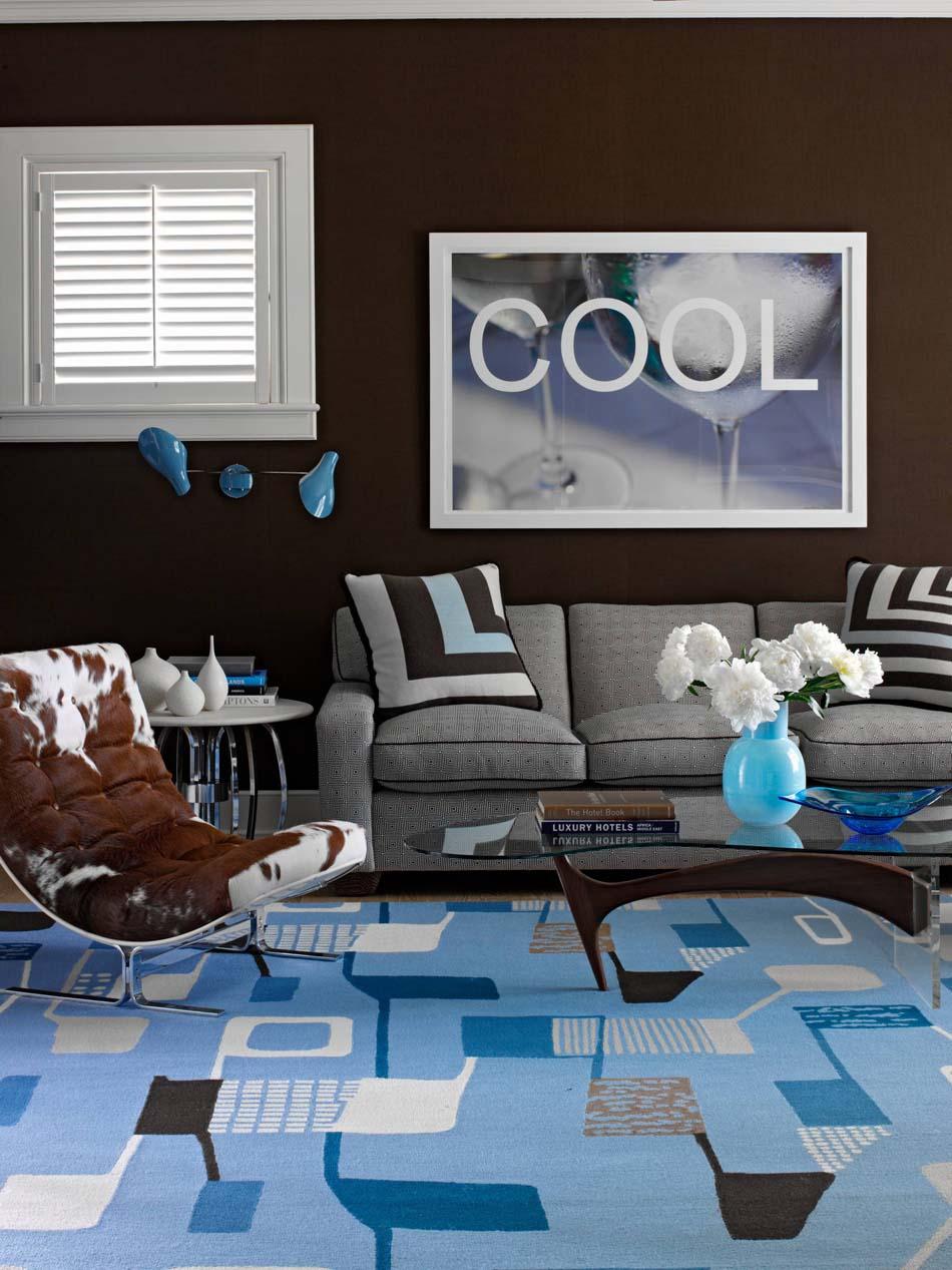 Голубой ковер в гостиной