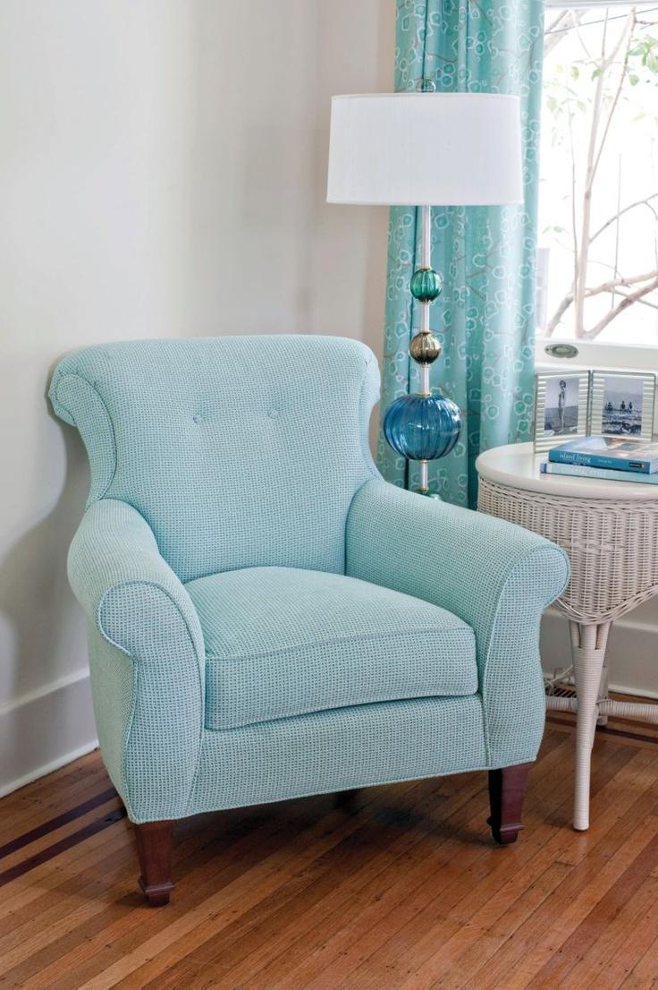Голубое кресло в гостиной