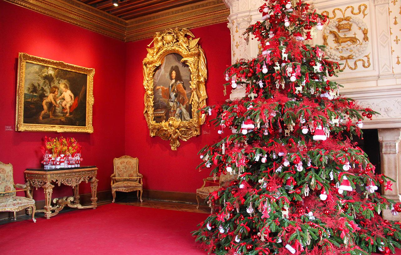 Оформление новогодней елки в красном цвете