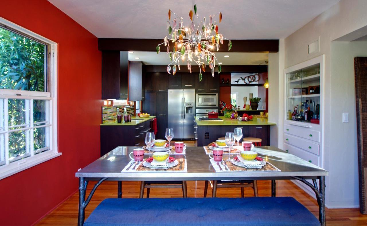 Красный, синий, белый, черный и коричневый цвета в интерьере кухни