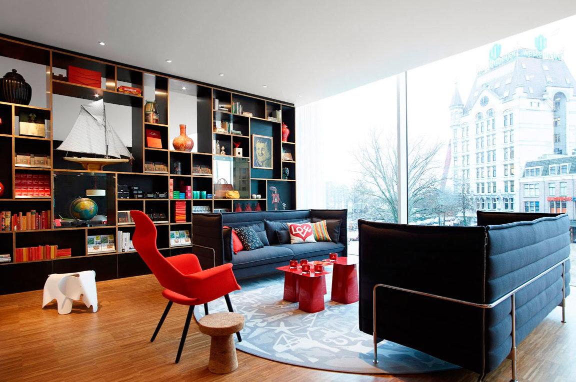 Красный, черный и коричневый цвета в гостиной