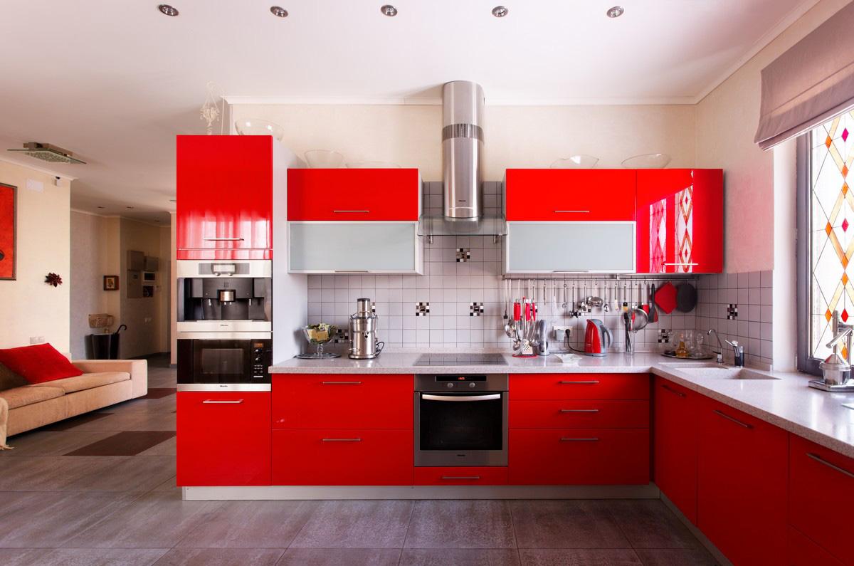 Красный, серый и белый цвета в интерьере угловой кухни