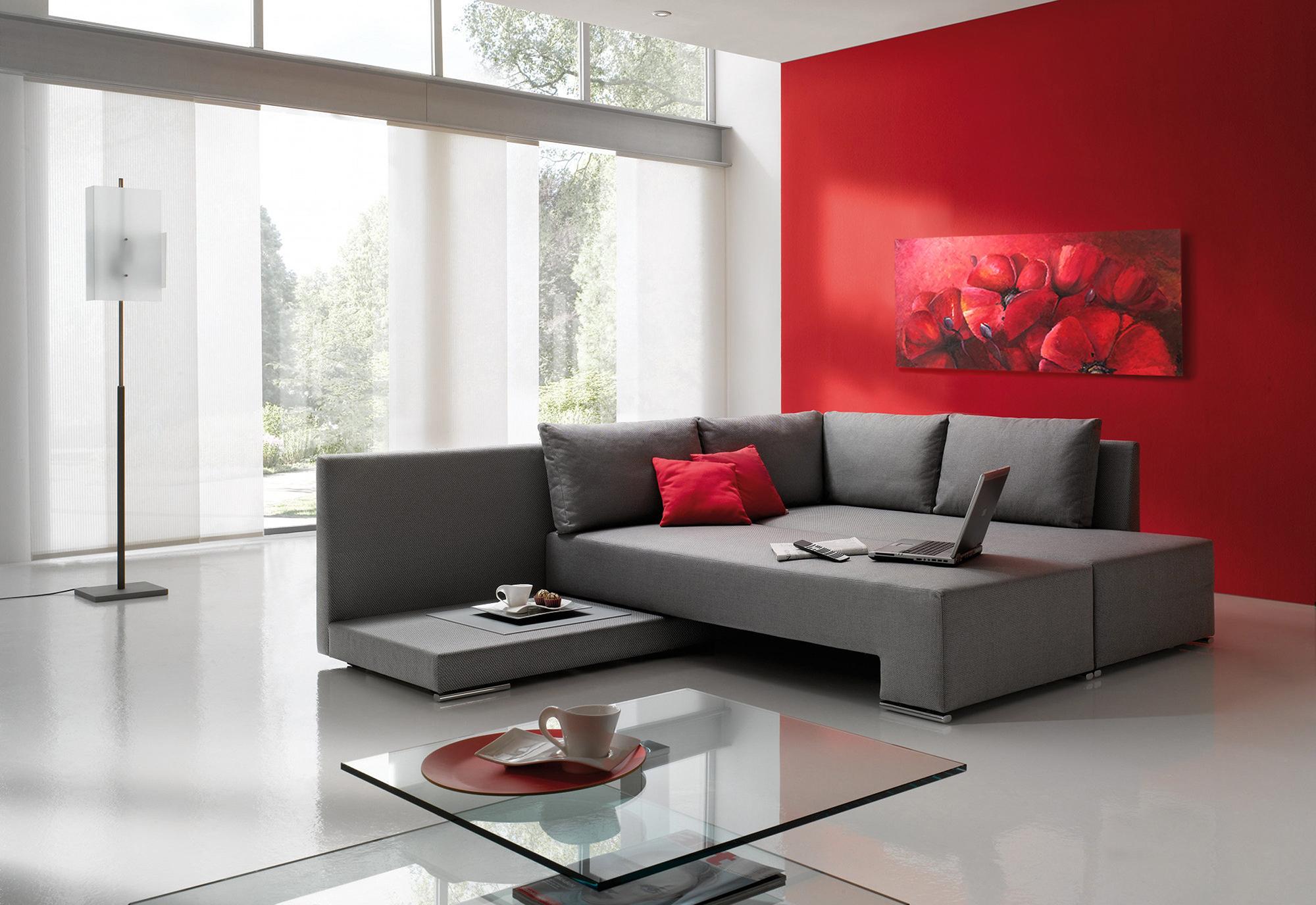 Белый, серый и красный цвета в гостиной