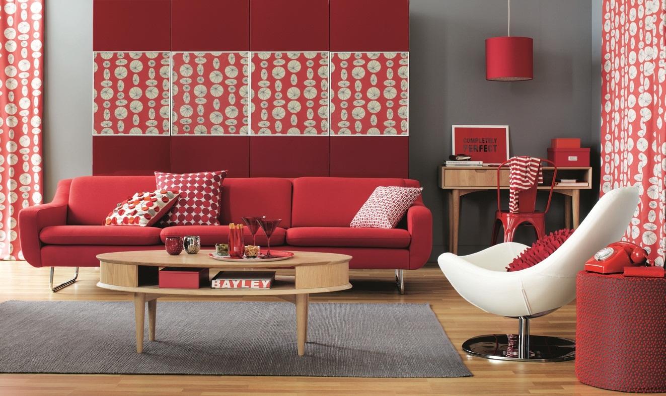 Красный, серый, коричневый и белый цвета в интерьере гостиной
