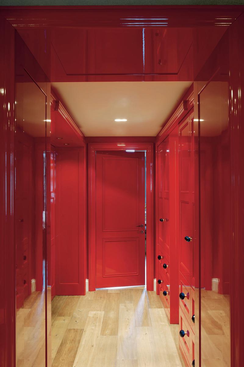 Бежево-красный коридор
