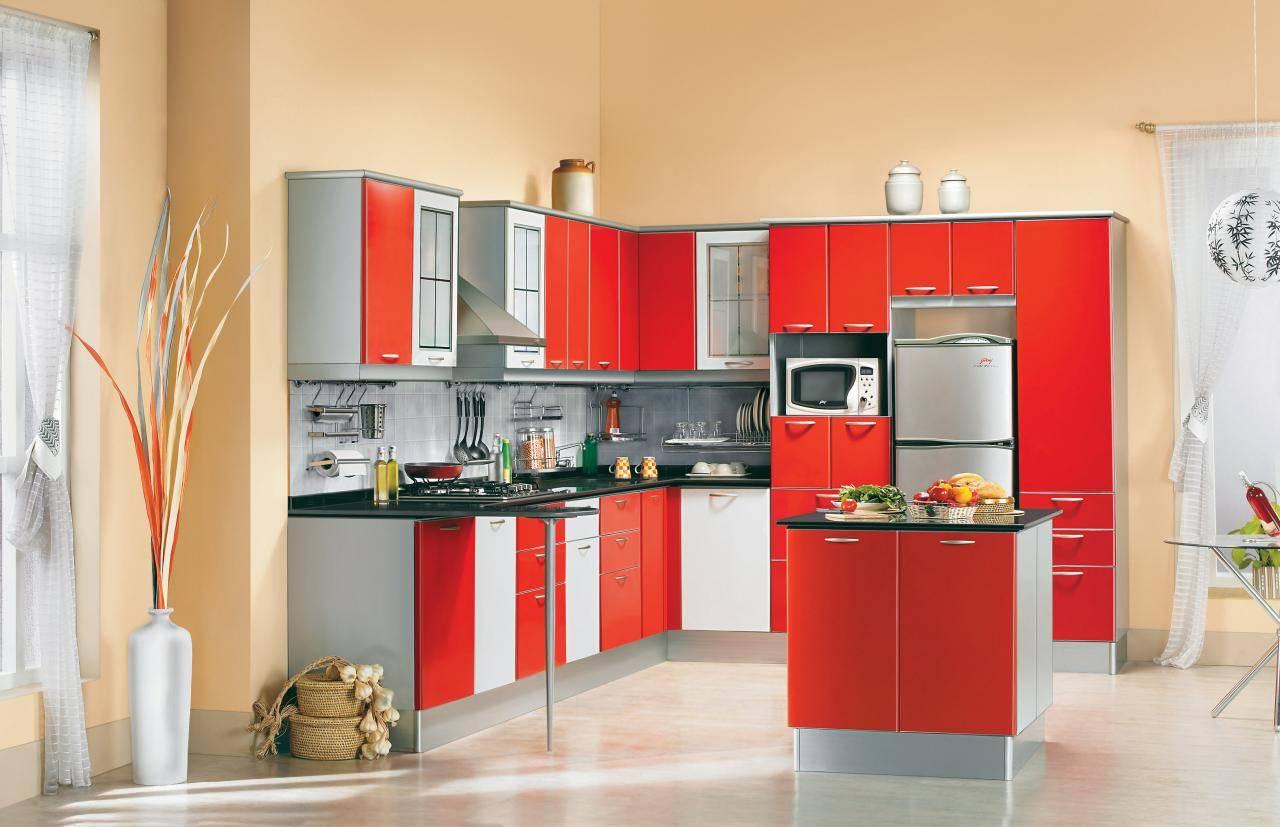 Гарнитур с красными акцентами в бежевой кухне