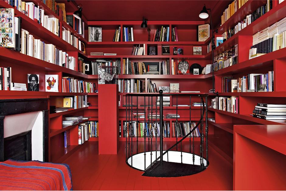 Красная библиотека в доме