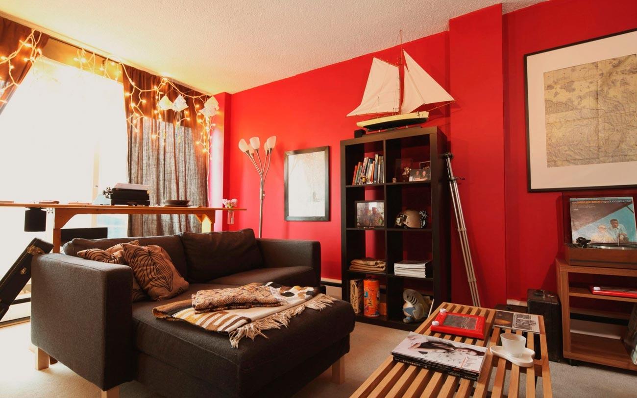 Красные стены в гостиной-кабинете