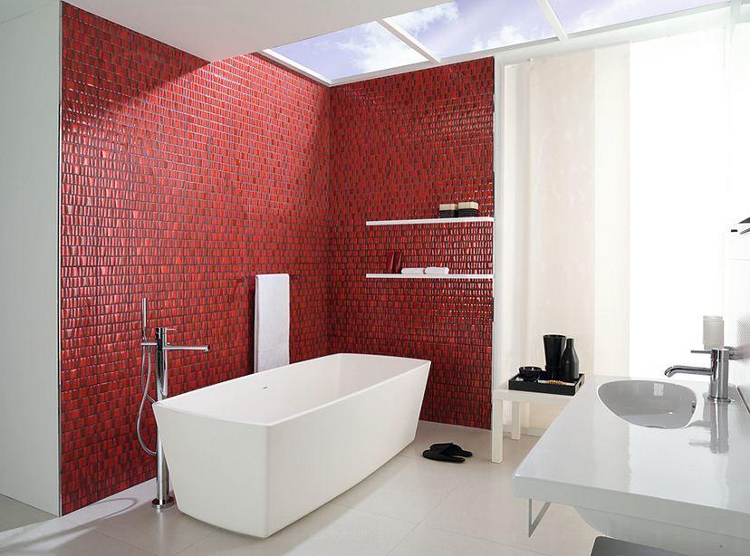 Красная плитка в белой ванной