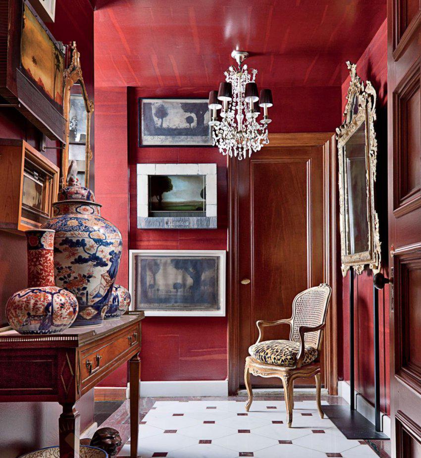 Красные стены в коридоре