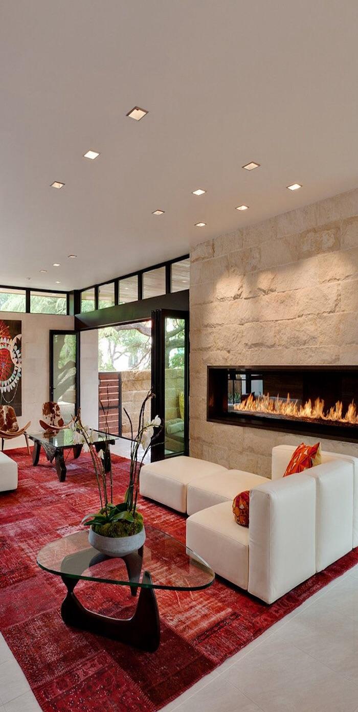 Красный, белый и черный цвета в интерьере гостиной с камином