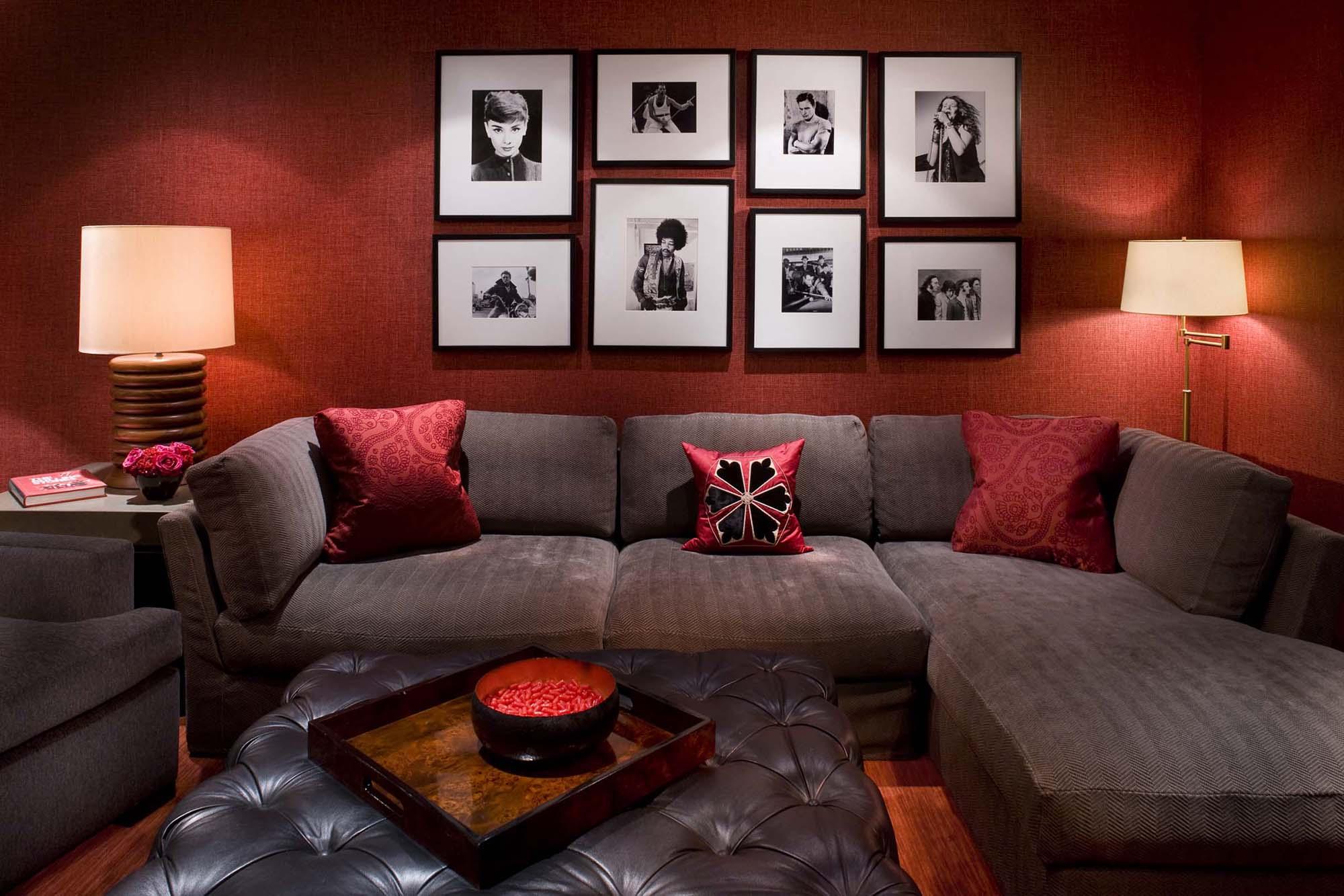 Гостиная с красной стеной и аксессуарами
