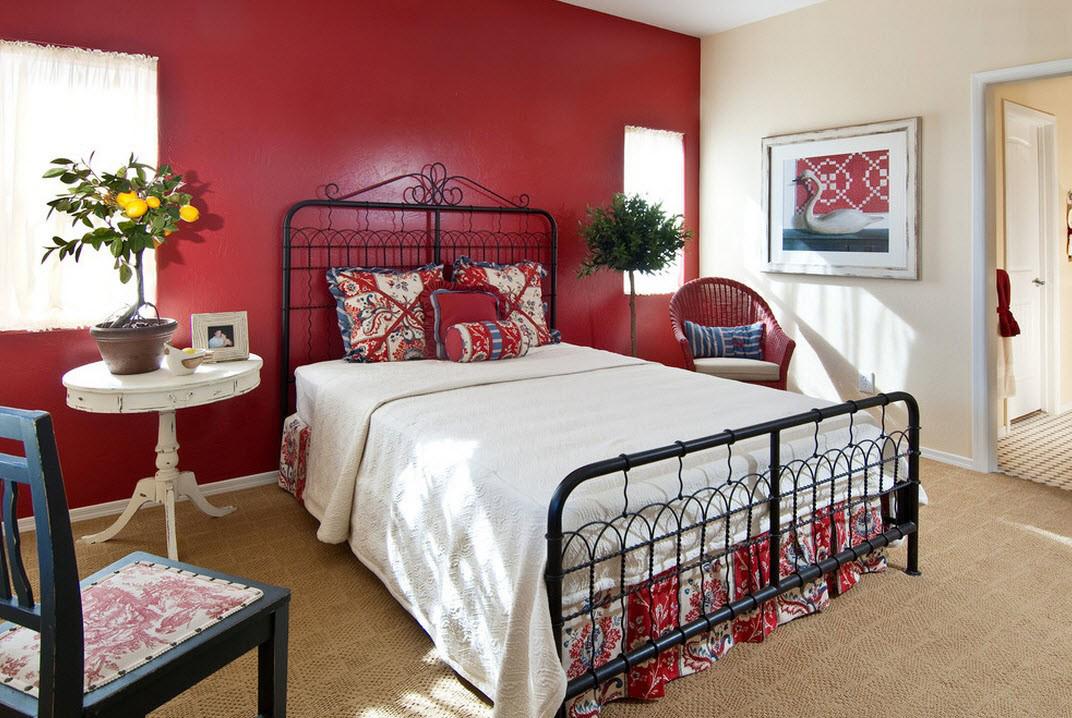 Красно-бежевая спальня