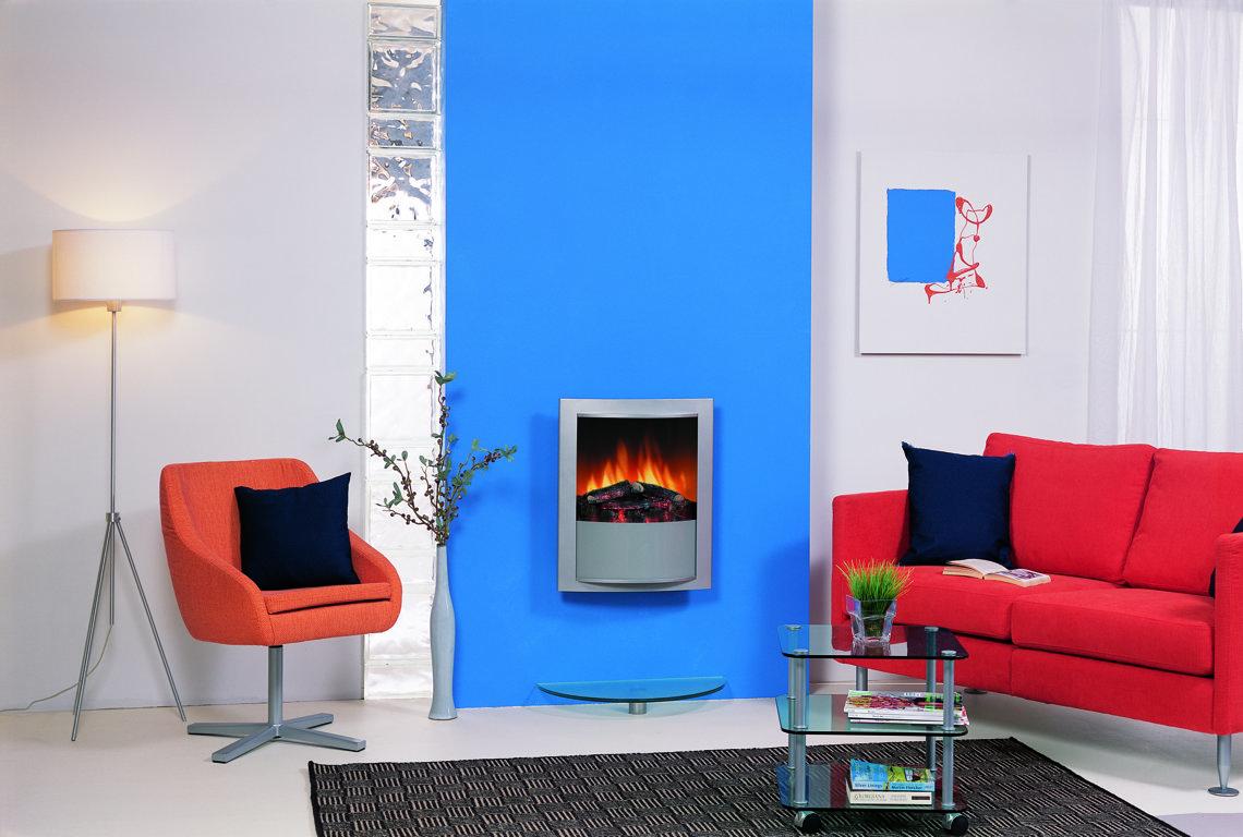 Красно-голубой акцент в интерьере гостиной
