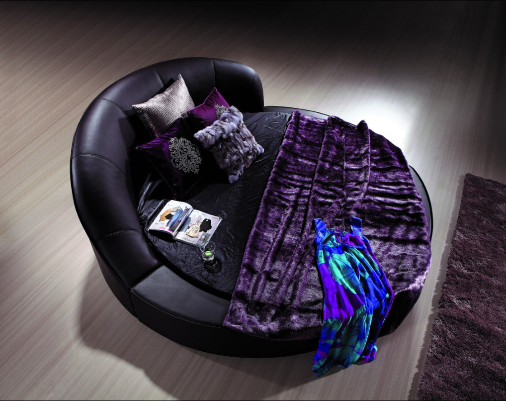 Круглая темно-фиолетовая кожаная кровать в спальне