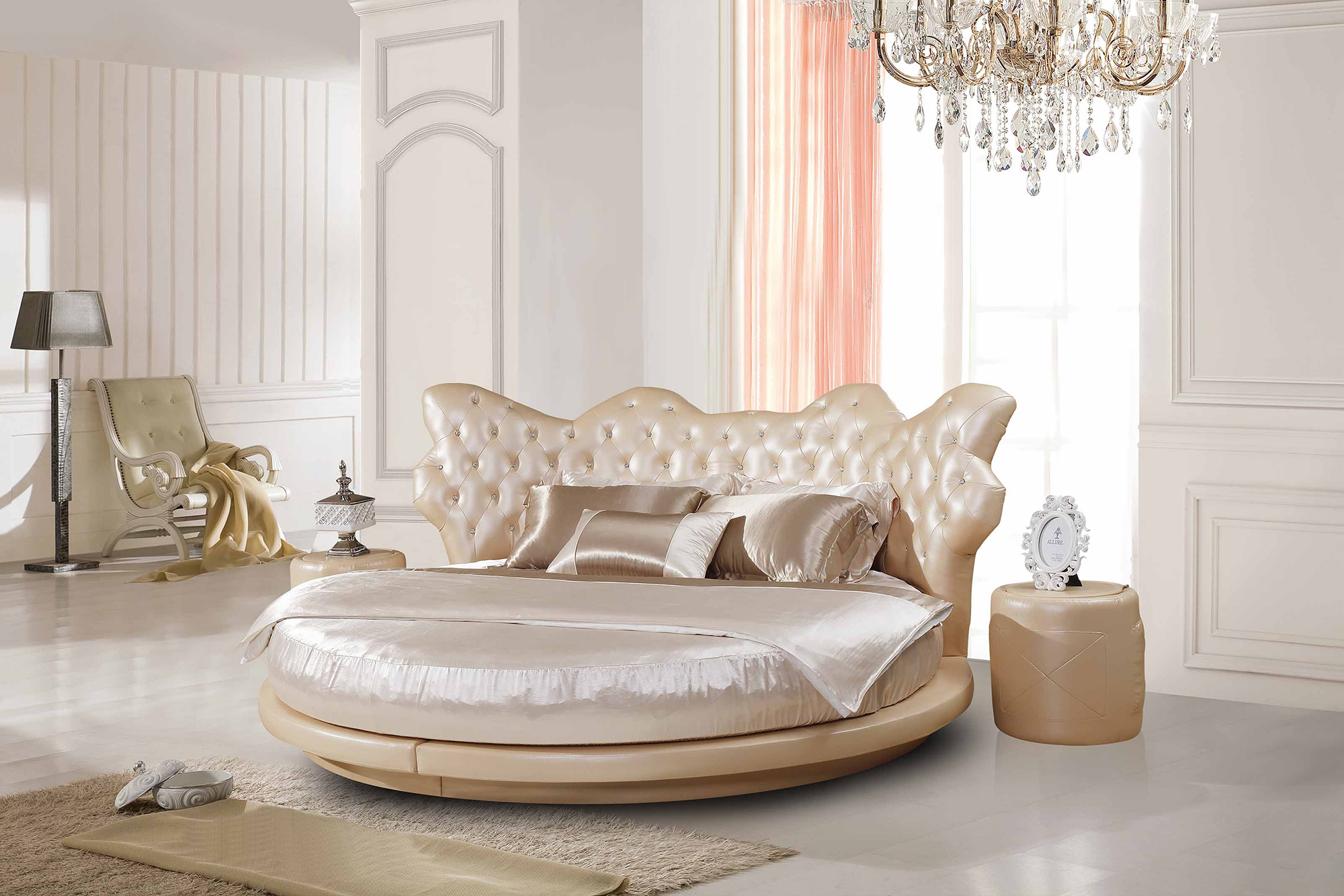 Бежевая круглая кровать в классическом стиле