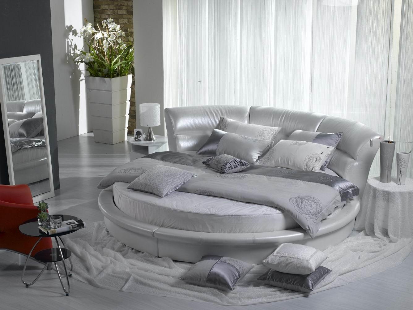 Серая круглая кровать