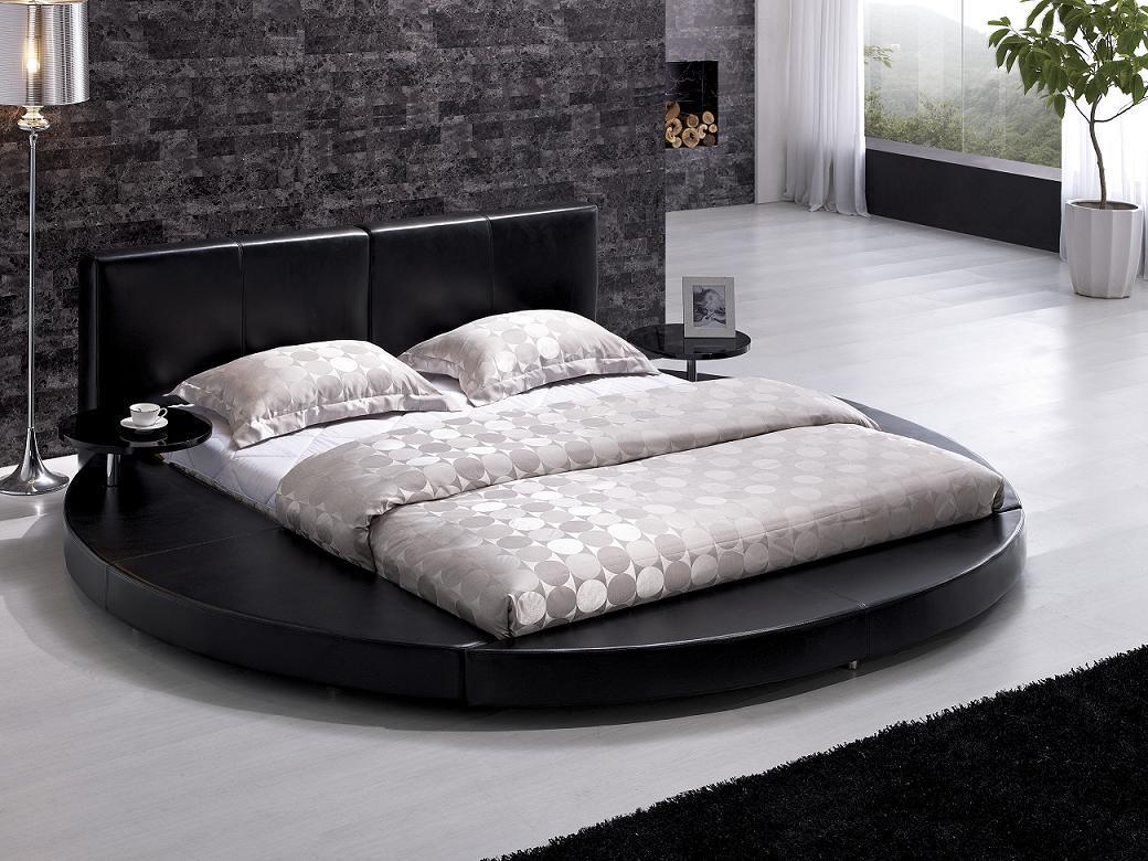 Черная круглая кровать с прямоугольным матрасом