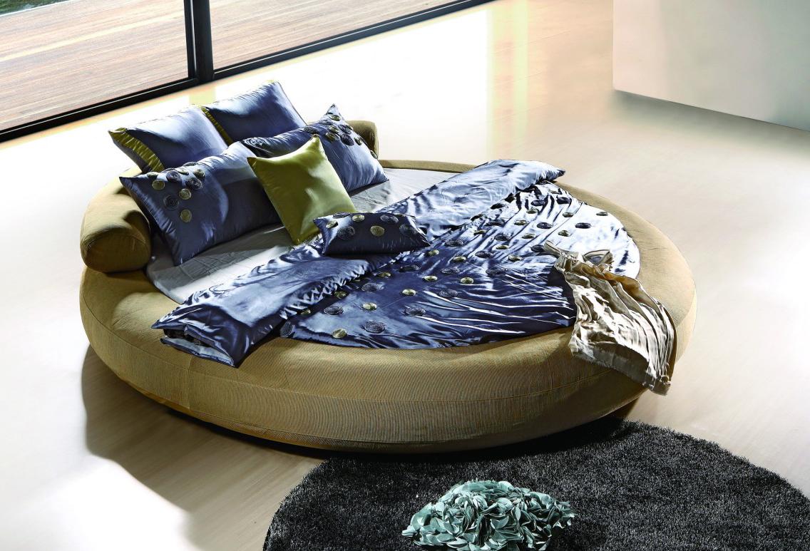 Сине-зеленая круглая кровать в спальне