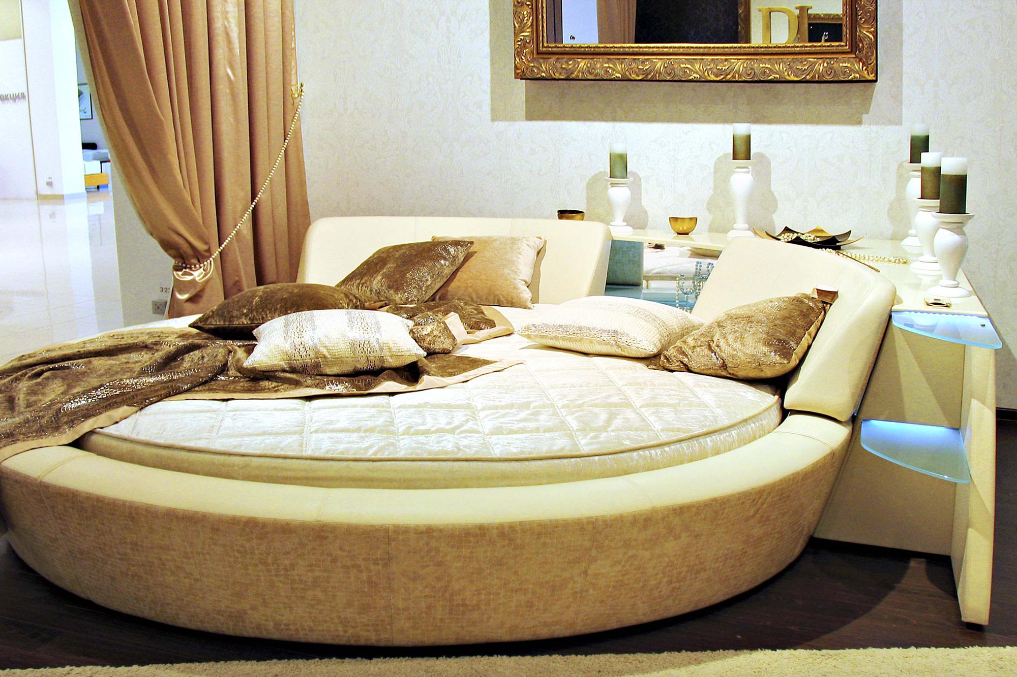 Бежево-коричневая круглая кровать в спальне