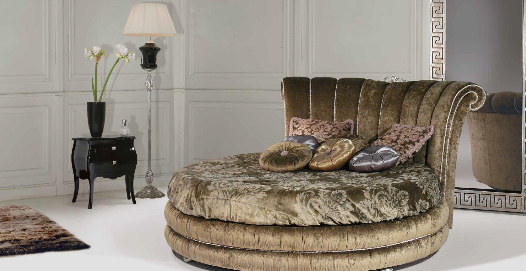 Круглая коричневая кровать с высоким изголовьем