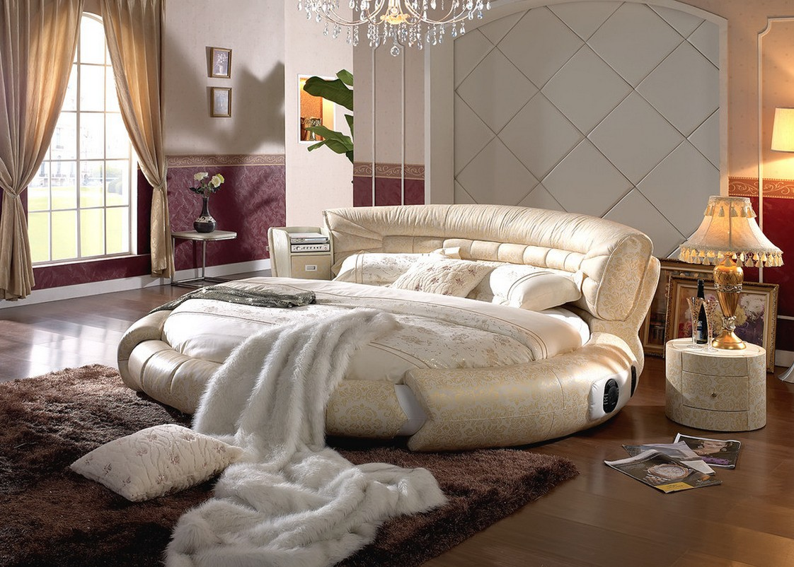 Круглая золотисто-белая кровать в спальне