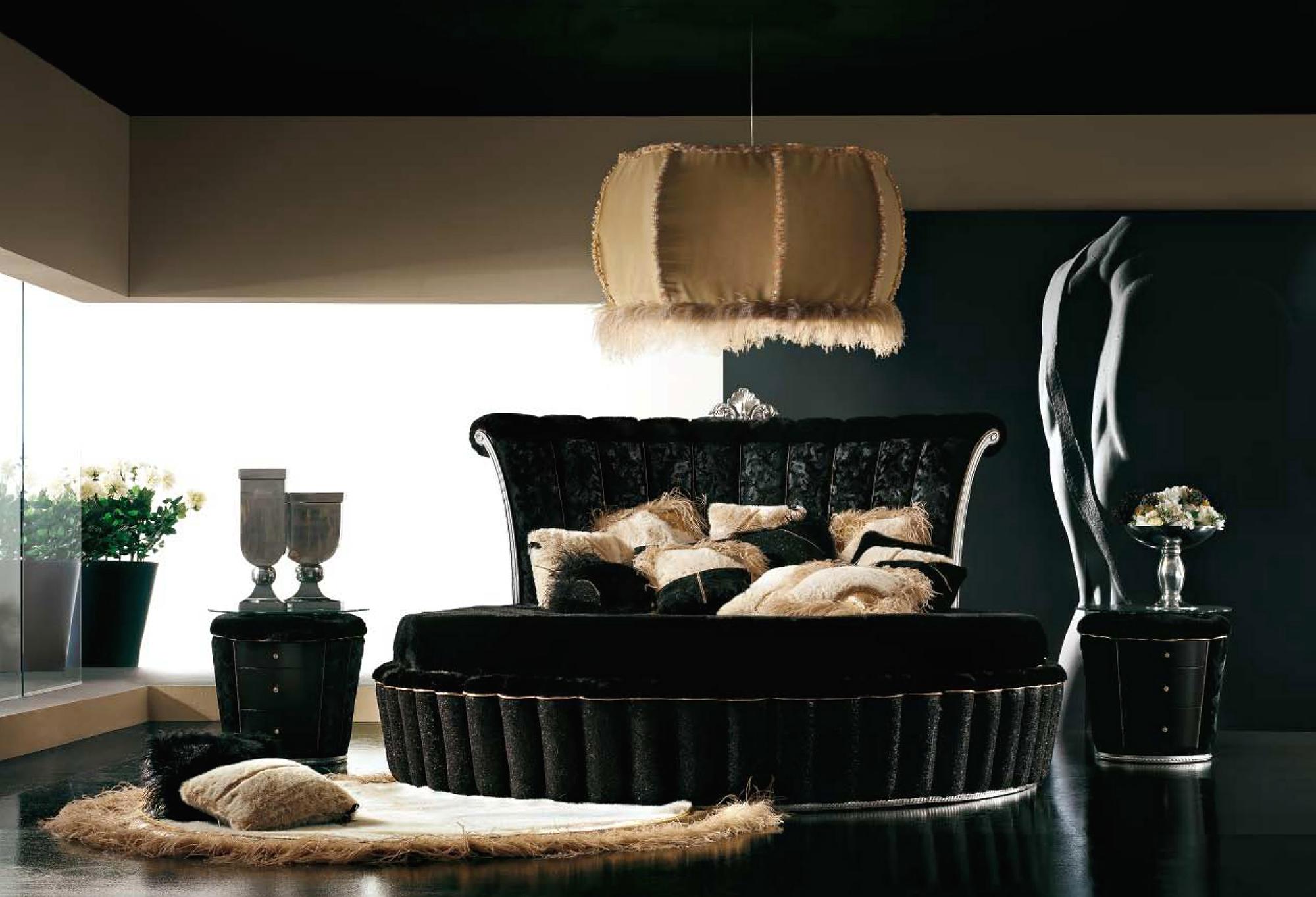 Черная круглая кровать с высоким изголовьем