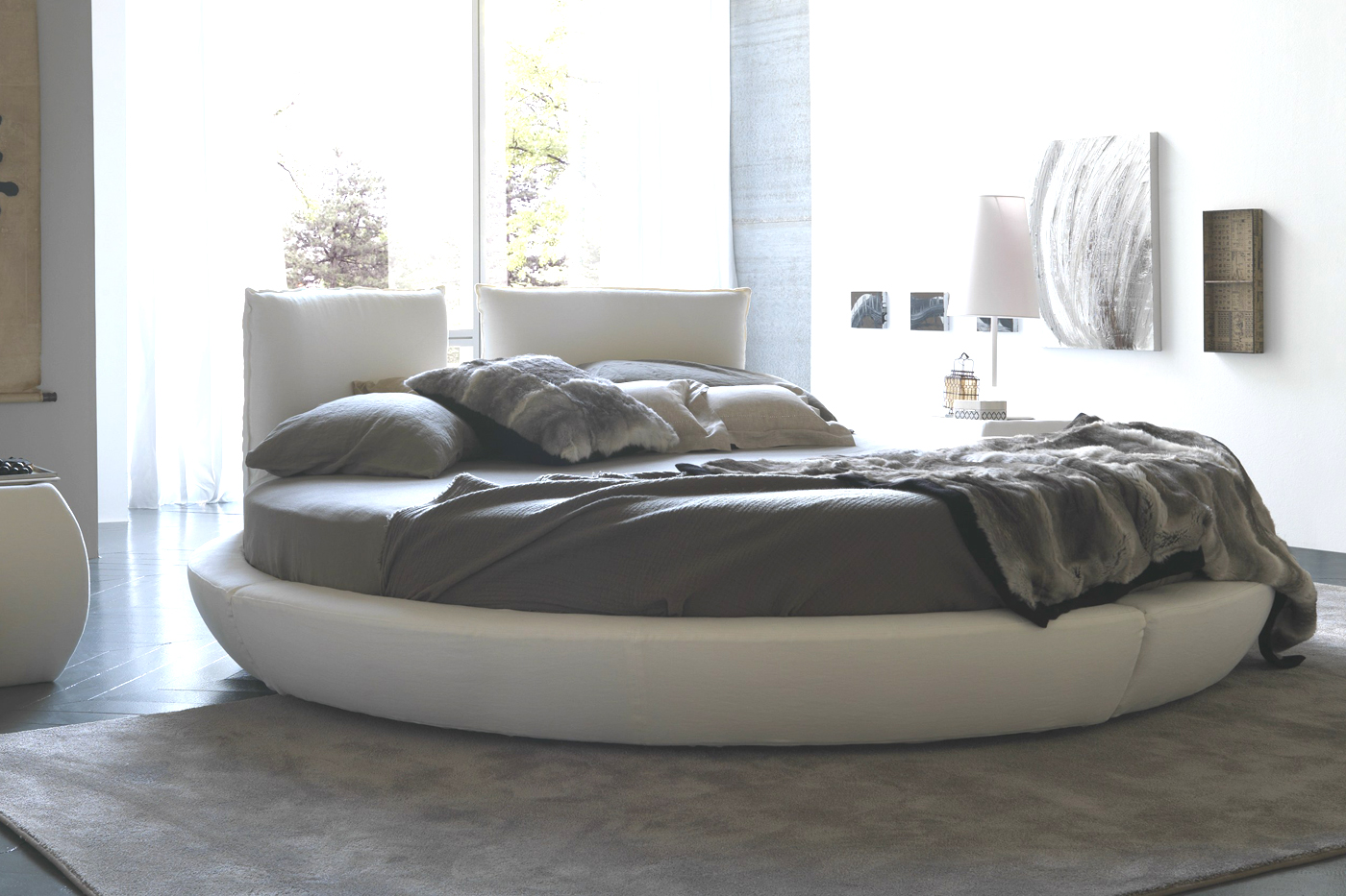 Современная бело-серая круглая кровать в спальне