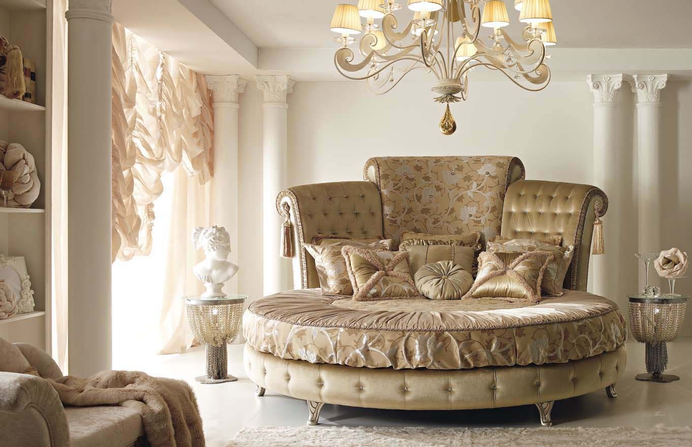 Бежево-золотистая круглая кровать в спальне