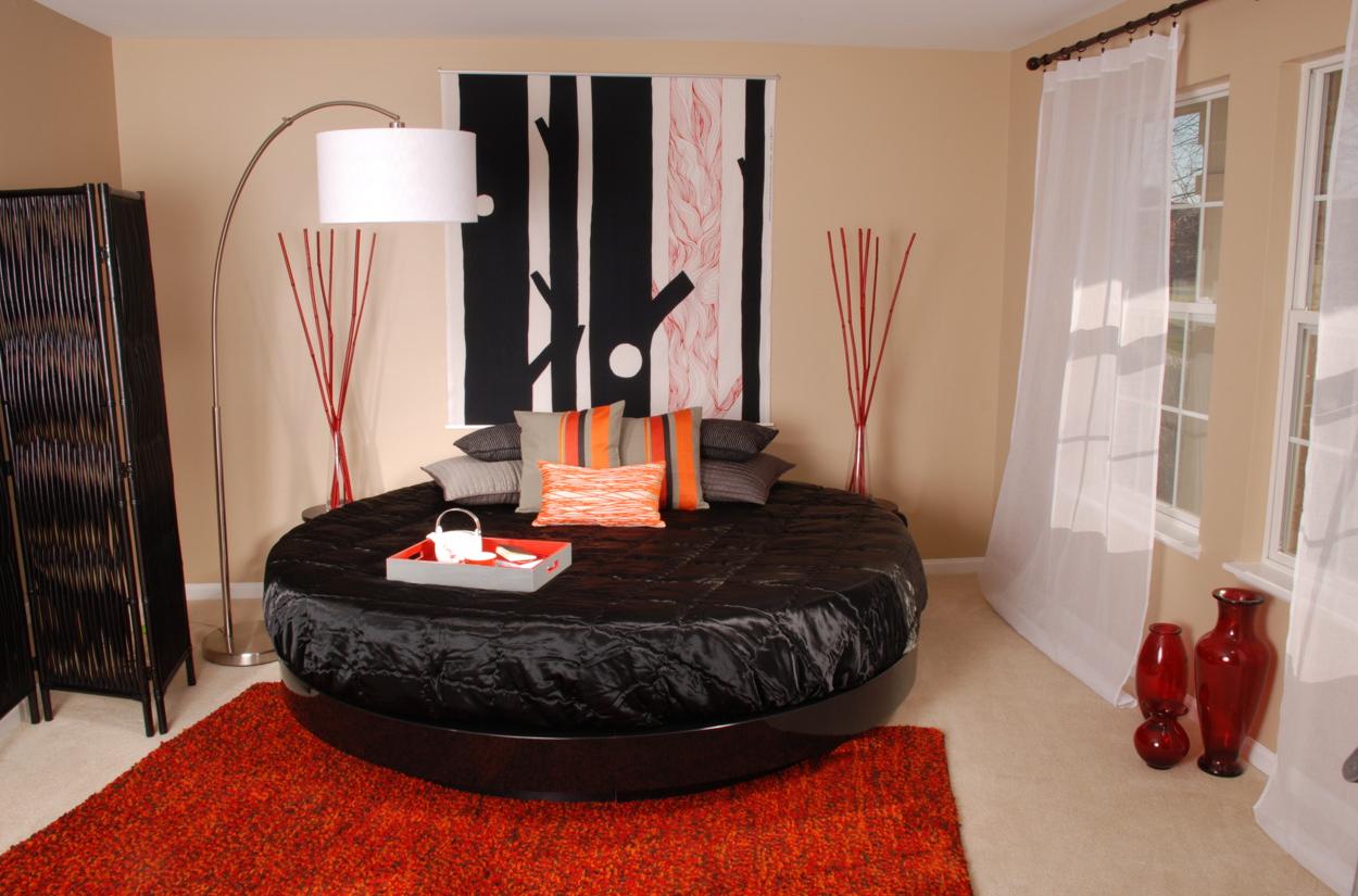 Черная глянцевая круглая кровать