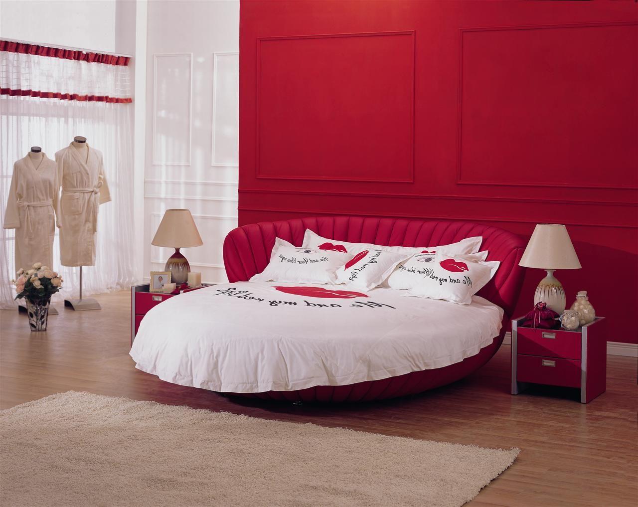 Красно-белая эффектная круглая кровать в спальне