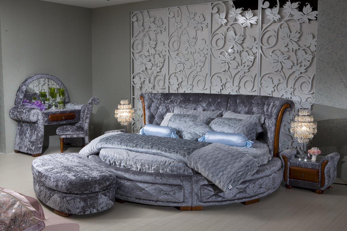 Круглая серая кровать с высоким изголовьем