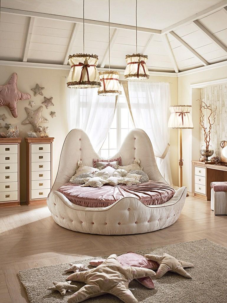 Необычная бежево-розовая круглая кровать