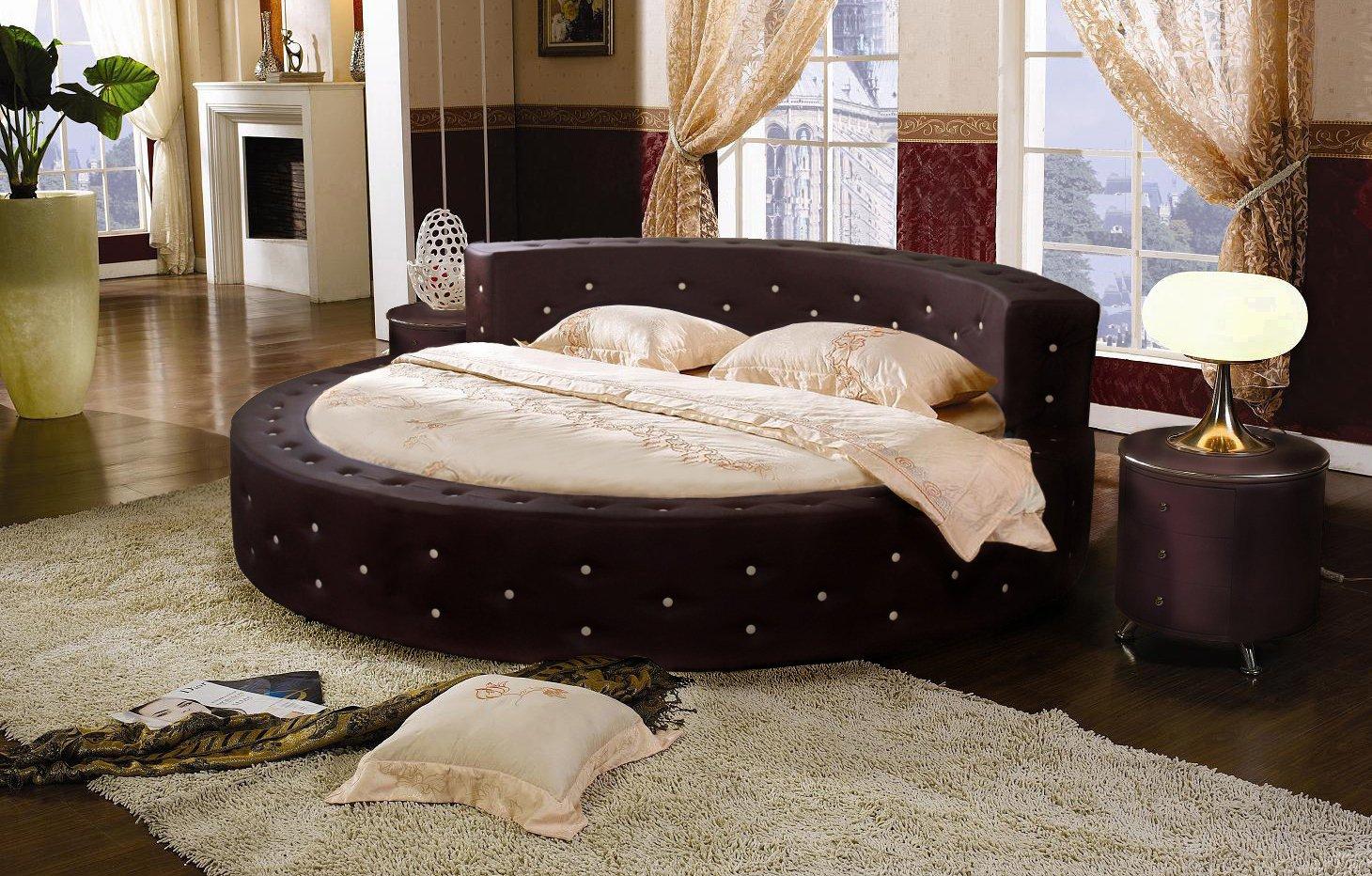 Круглая черная кровать с декоративными заклепками