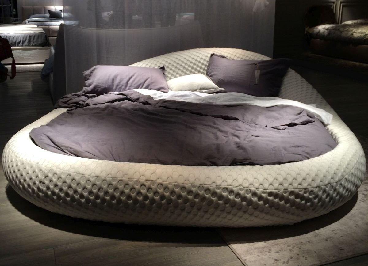 Серая мягкая круглая кровать