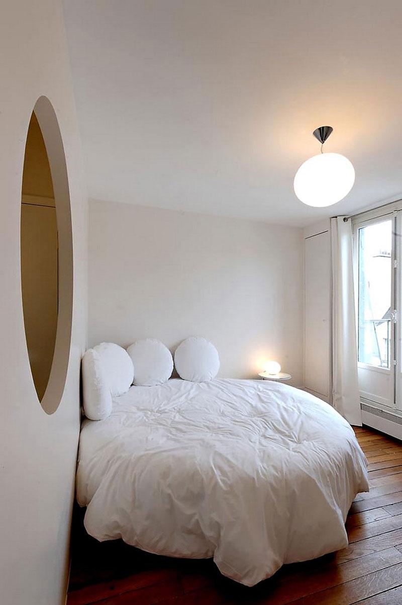 Круглая белая кровать и подушки
