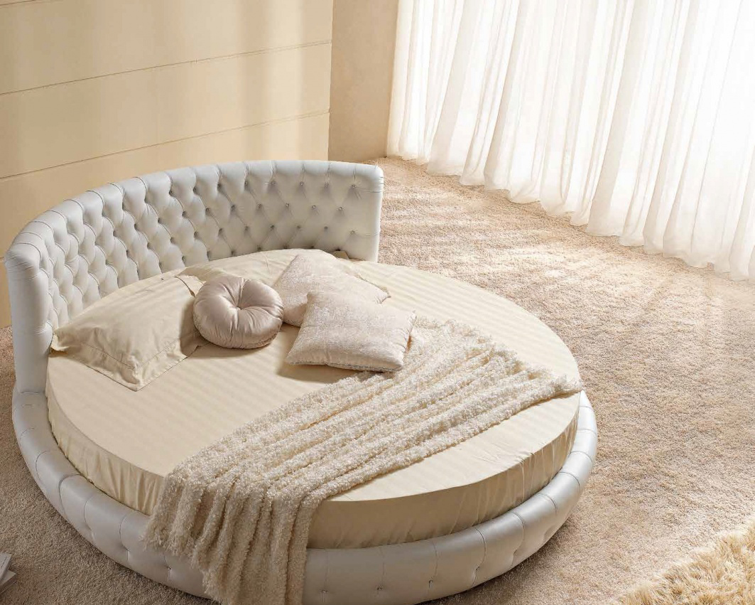 Круглая белая кожаная кровать с высоким изголовьем